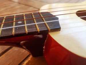 ukulelen-limt-og-med-nye-strenger