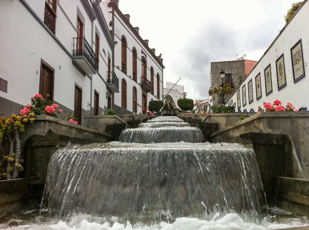 Firgas med vann i gata Gran Canaria nord