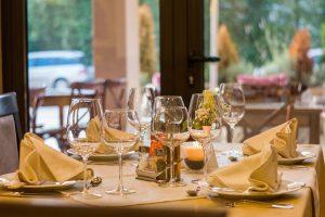 Oppdekket bord på restaurant - kelner