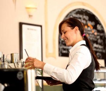 Du kan ikke for det liker de ikke. Hvordan en kelner skal oppføre seg. - theislandsinthesun.com