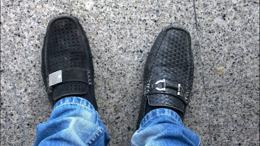 Skoene til en forvirret bestefar på hospitalet. Bilde er tatt i en heis på et sykehus.