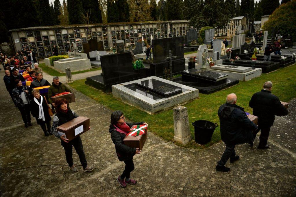 Sårene etter den spanske borgerkrigen er fortsatt ikke leget. Bildet viser slektninger og venner som bærer kister med levninger av ofre som skal begraves i Pamplona. Foto: Alvaro Barrientos / TT NYHETSBYRÅN / NTB scanpix